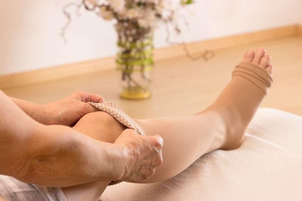 Des bandages élastiques de force 3 ou 4 sont des moyens simples de pratiquer des auto-compressions chez soi. © Tibanna79, Adobe stock