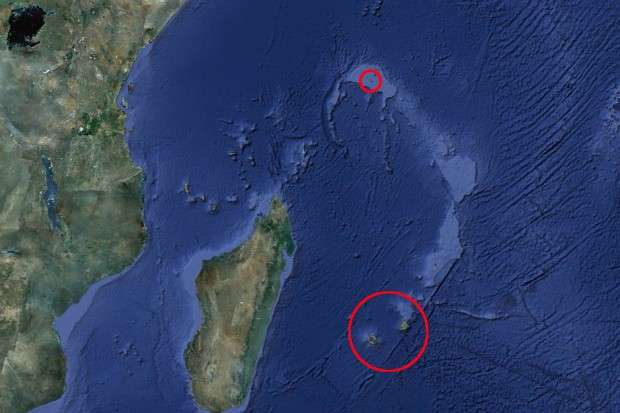 L'île Maurice et Mauritia, ou du moins l'un des fragments de ce continent disparu, se situent dans le grand cercle rouge (environ 900 km à l'est de Madagascar). Les Seychelles se trouvent quant à elles au niveau du petit cercle en haut de l'image. L'arc abritant les restes de Mauritia est visible en bleu clair. Ce relief était auparavant attribué à l'activité du panache volcanique de la Réunion. © Google Earth