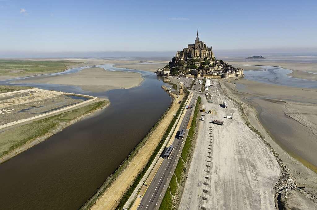 Vue aérienne du Mont-Saint-Michel et de l'ancienne route-digue