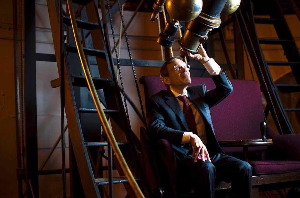L'œil à son télescope, Abraham Loeb se laisse guider par son imaginaire d'enfant et n'hésite pas à envisager des causes extraterrestres à certains phénomènes inexpliqués. © Université de Harvard