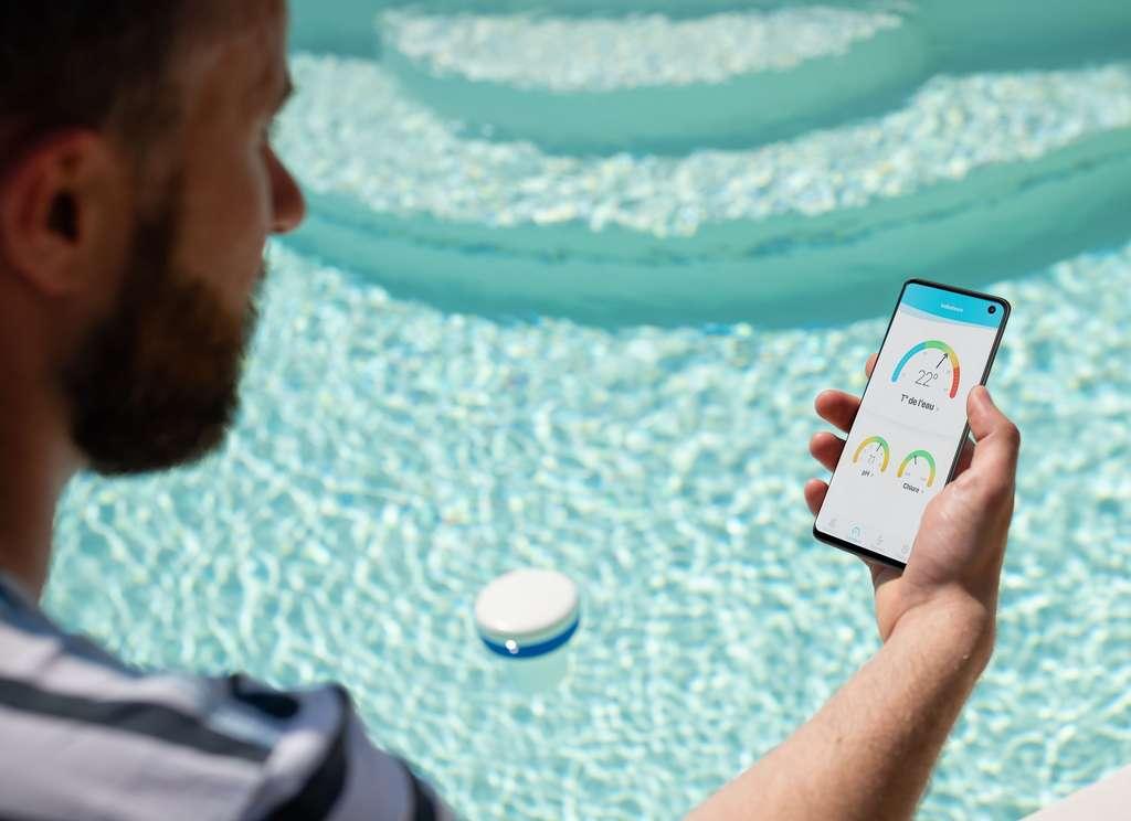Envoyées par l'analyseur, les données (pH, chlore et température) se lisent facilement depuis l'application easy·care à tout moment sur un ou plusieurs smartphones. © Waterair