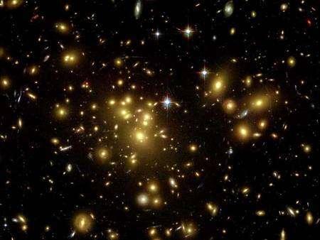 Abell 1689, un amas de galaxies vue par Hubble avec un effet de lentille gravitationnelle. Crédit : Nasa