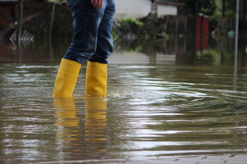 Il existe un risque infectieux en marchant dans de l'eau souillée. © Rico Löb, Fotolia