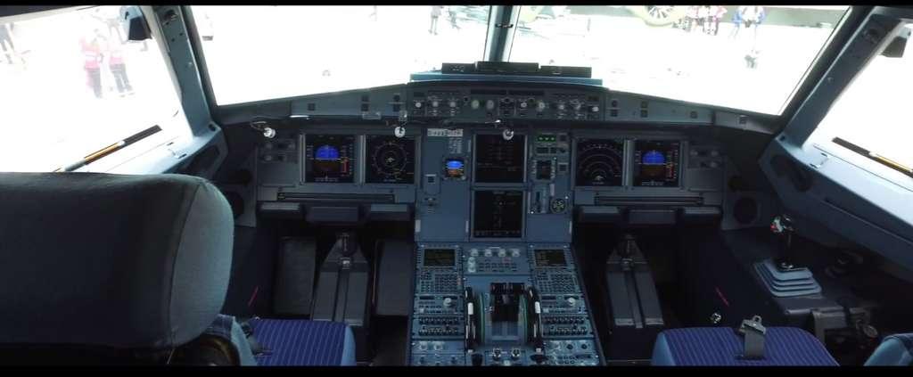 Le poste de pilotage d'un Airbus A350. L'ordinateur de bord est l'ange gardien du pilote. Il corrige ses actions et l'empêche de mettre l'appareil en danger. © Sylvain Biget, tous droits réservés
