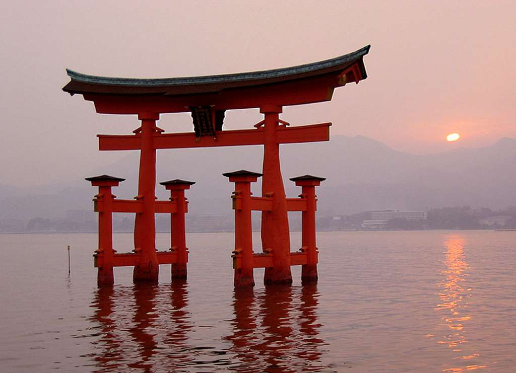 Torii du sanctuaire d'Itsukushima, à Miyajima, dans la province d'Hiroshima au Japon. © Alex Tora, Domaine Public