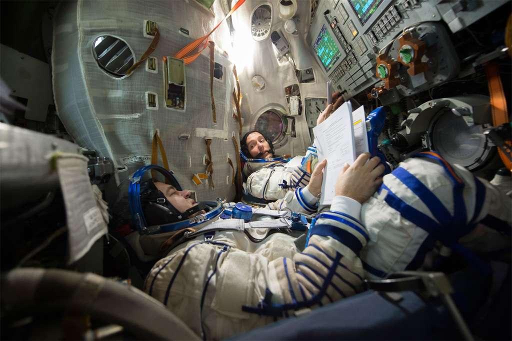 Thomas Pesquet et le cosmonaute russe Oleg Ivanovich Skripochka à bord du simulateur d'une capsule Soyouz au Centre d'entraînement des cosmonautes Youri Gagarine (Cité des Étoiles, près de Moscou). © Esa, S. Corvaja