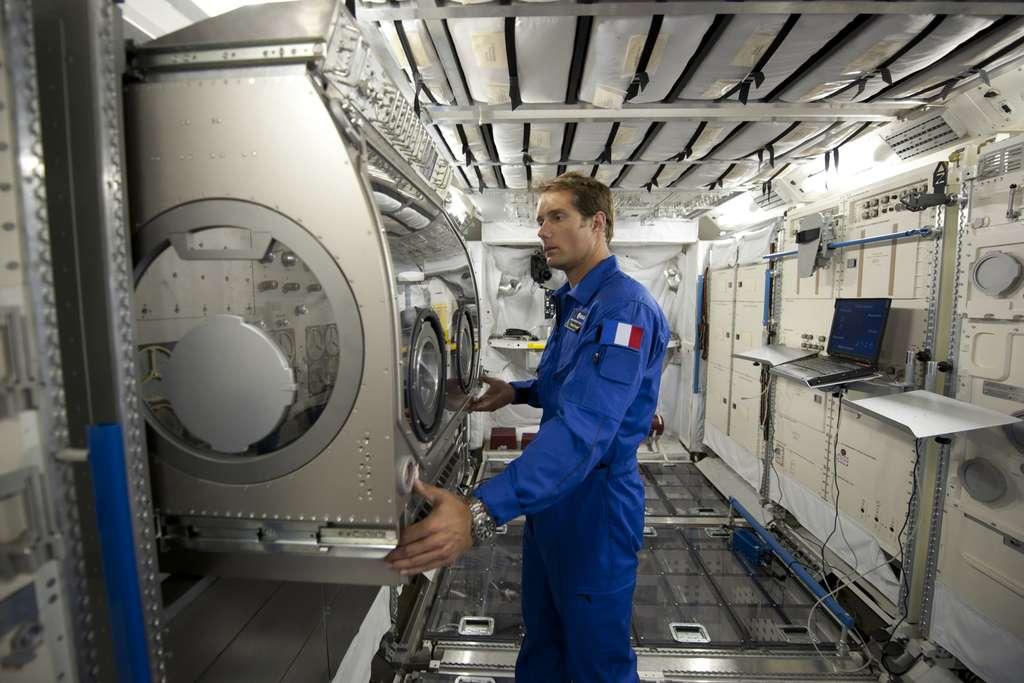 Thomas Pesquet au Centre européen des astronautes, en Allemagne. Il est ici vu dans une maquette de Colombus et de la boîte à gants de l'Esa. © Esa, S. Corvaja