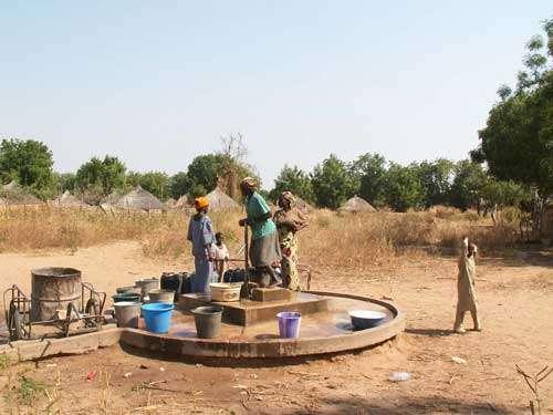 Forage dans l'erg fixé de Kalfou dans la zone sahélo-soudanienne du nord du Cameroun (décembre 2005). Grâce à la couverture sableuse de cet erg de sable rubéfié le plus méridional au sud du Sahara (vers 10° Nord), l'eau est permanente et d'excellente qualité. Le puit est entouré d'une plateforme de propreté