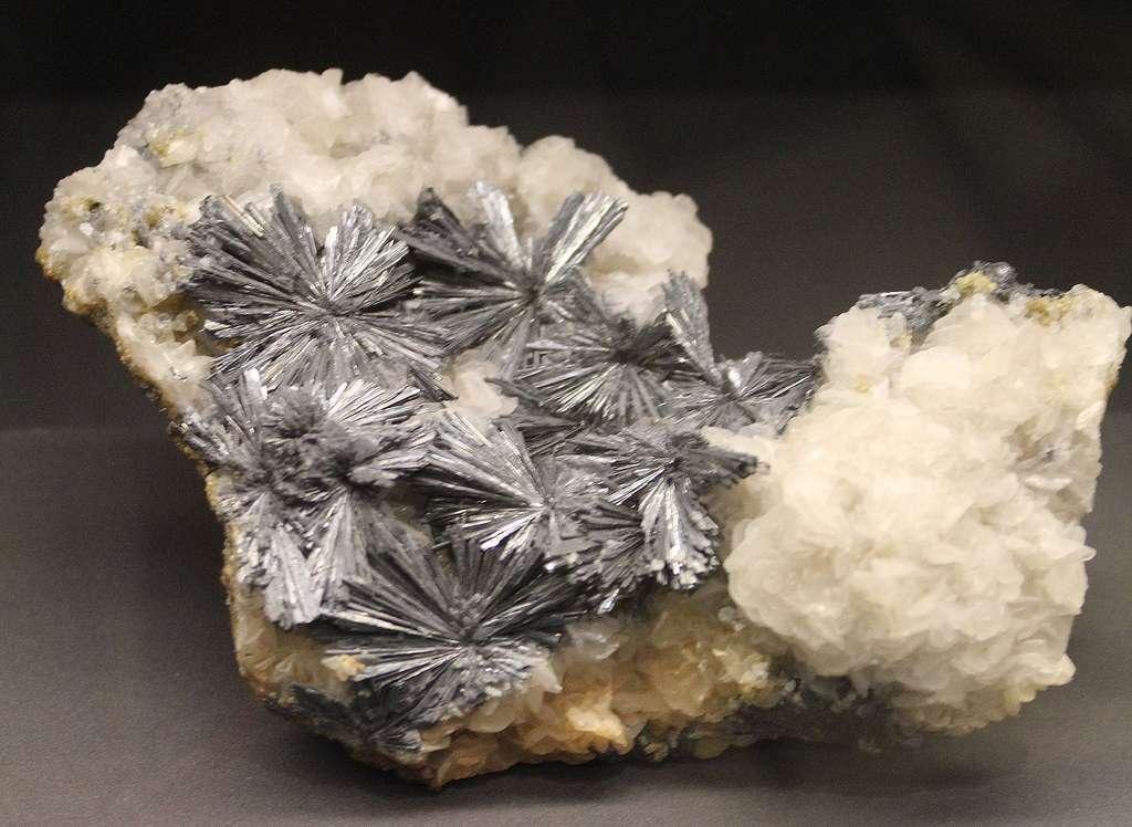 Antimoine et calcite. © Dguendel, Wikimedia commons, CC 4.0