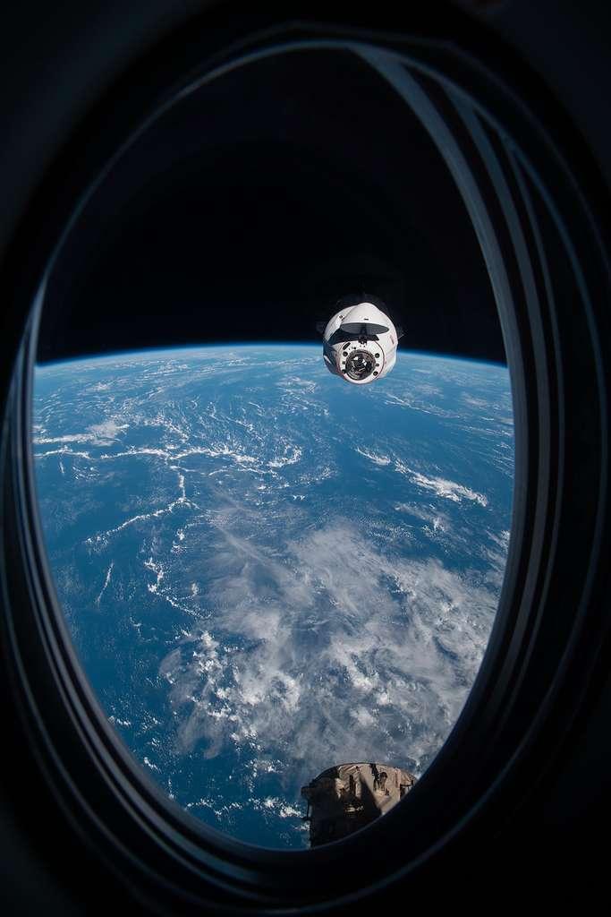 Un véhicule Crew Dragon de SpaceX en phase finale d'amarrage à l'ISS. © Nasa