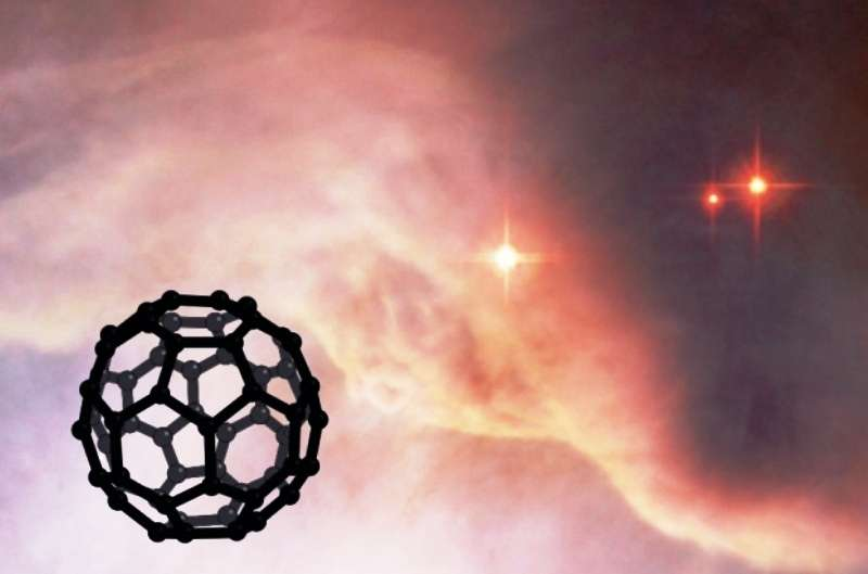 Molécule de C60 superposée à l'image du télescope Hubble de la nébuleuse NGC 7023. L'ion C60+ vient d'être détecté dans cette nébuleuse par réflexion. © Nasa et Esa, L. Cadars et O. Berné