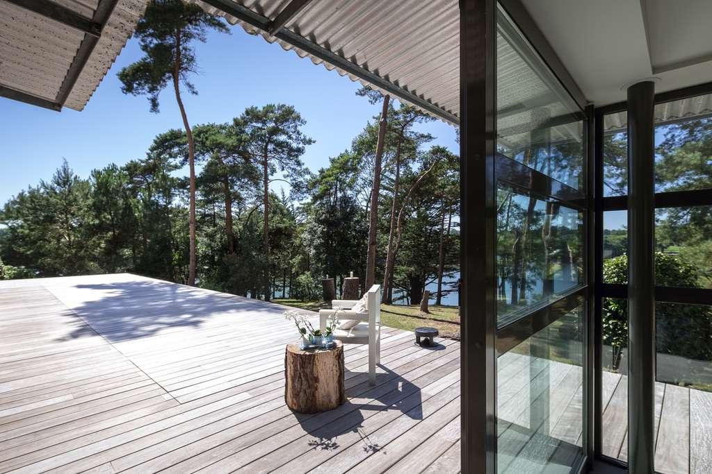 Sous cette plage de bois se dissimule le couloir de nage à fond mobile pour laisser place à la terrasse. © Pascal Léopold, réalisation L'Esprit piscine
