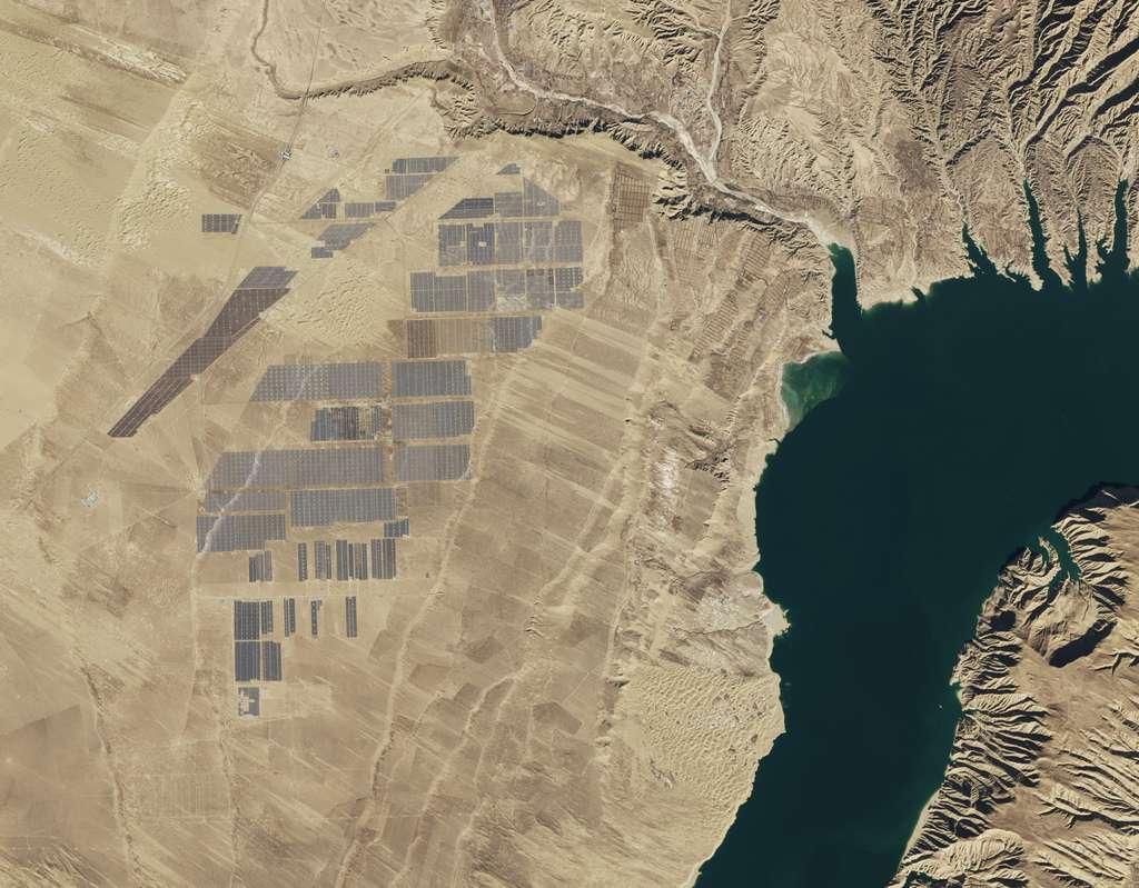 Le parc solaire de Longyangxia, dans la province du Qinghai en Chine, couvre 27 km2. © USGS