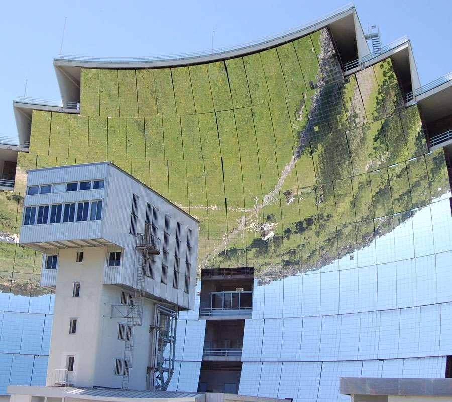 Le grand four solaire d'Odeillo, à Font-Romeu-Odeillo-Via, accueille une partie des équipes du laboratoire de recherche Promes, du CNRS (UPR 8521). © Rabatakeu, Wikipédia, CC by-nc 2.0