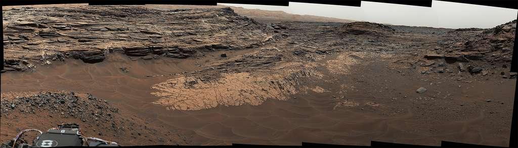 Si de nombreux paysages martiens, comme ici Marias Pass étudié par Curiosity, laissent à penser que de l'eau a coulé et qu'une forme de vie a pu émerger, découvrir des micro-organismes fossilisés ou actifs ne sera pas une mince affaire. © Nasa, JPL-Caltech