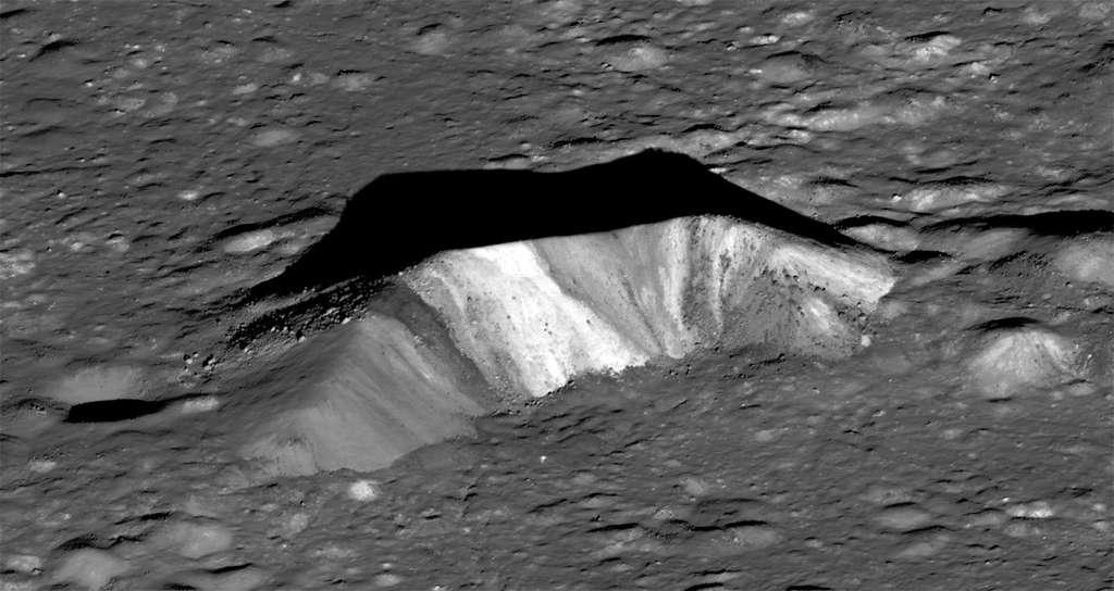 Au centre du cratère Aristarque, un piton central de 300 m de haut présente des stries plus ou moins foncées. Des prélèvements géologiques permettraient de confirmer ou non l'hypothèse selon laquelle il est constitué de matériaux remontés du sous-sol lunaire lors de l'impact. © Nasa, GSFC, Arizona State University