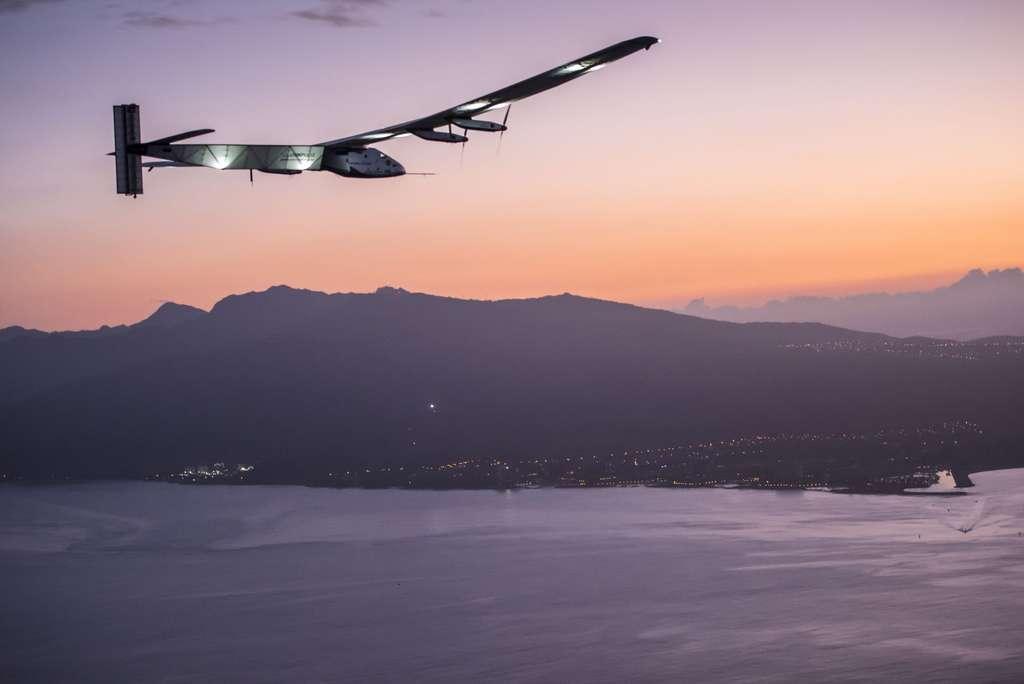 L'avion solaire du tour du monde s'apprêtant à se poser à Hawaï le 3 juillet 2015. Ses quatre moteurs de 17,5 chevaux chacun sont alimentés par 17.428 cellules photovoltaïques. © Solar Impulse, Revillard, Rezo.ch