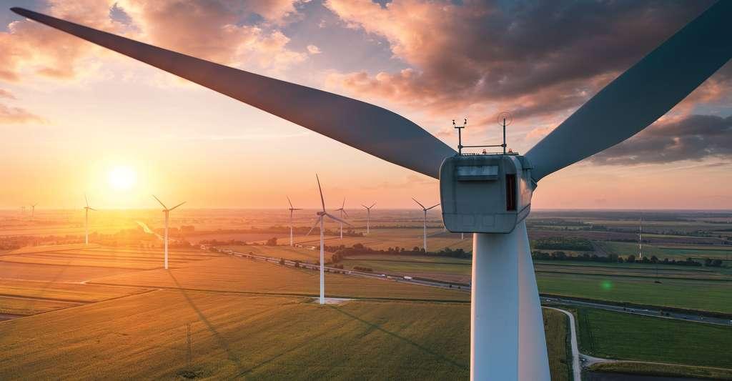 Coucher de soleil sur champs d'éoliennes. © IMphoto, Shutterstock