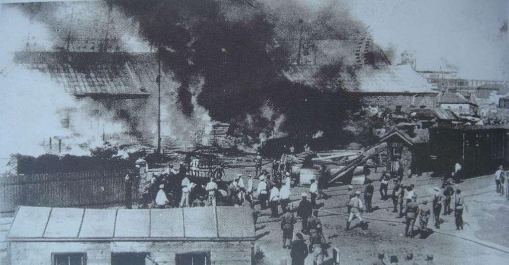 Le port d'Odessa brûlé par les foules pendant des jours d'agitation. Juin 1905. © Auteur inconnu. Photo extraite du livre Russie 1904-1924. La Révolution est là, d'Éric Blaschet, Wikimedia Commons, domaine public