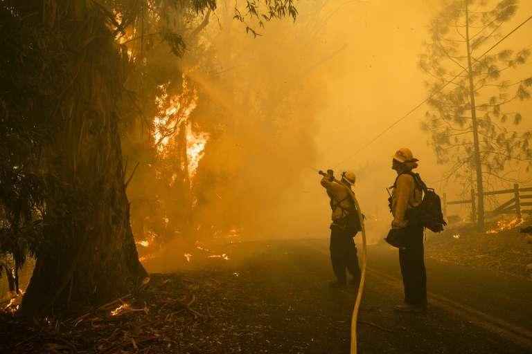 Des pompiers combattent le « Kincade Fire » à Healdsburg en Californie, le 27 octobre 2019. © Philip Pacheco, AFP