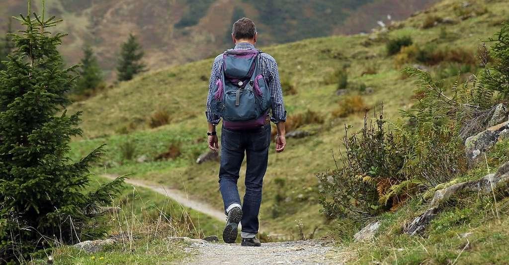 Avant de partir en randonnée en montagne, il faut s'assurer d'être bien préparé, bien équipé (chaussures, vêtements adaptés, GPS, trousse de secours, etc.) et d'avoir prévenu quelqu'un de son parcours si l'on part seul. © Hermann, Pixabay, CC0 Creative Commons