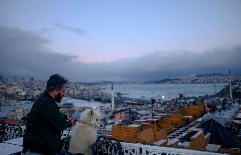 Un homme et son chien à Istanbul, le 2 janvier 2020. © Bulent Kilic, AFP, Archives
