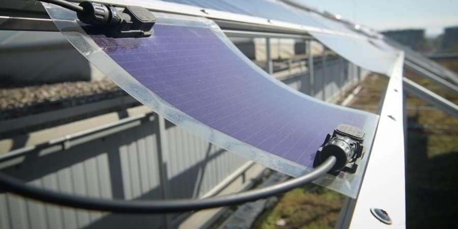 Heliatek crée des panneaux photovoltaïques révolutionnaires, souples et autocollants. © Courtesy of Energy Observer Solutions