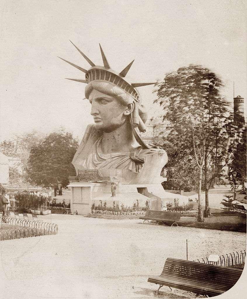 La tête de la statue de la Liberté, exposée en 1878, au Champ-de-Mars. © Albert Fernique, New York Public Librairy, Wikimedias Commons, DP