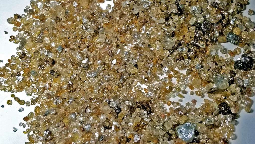Les diamants super profonds étudiés par l'équipe de Suzette Timmerman (Université nationale australienne) proviennent du Brésil, comme ceux que l'on découvre sur cette photo. Leur structure cristalline robuste a permis de protéger les fluides contenus dans quelques inclusions microscopiques. © Graham Pearson, Université d'Alberta