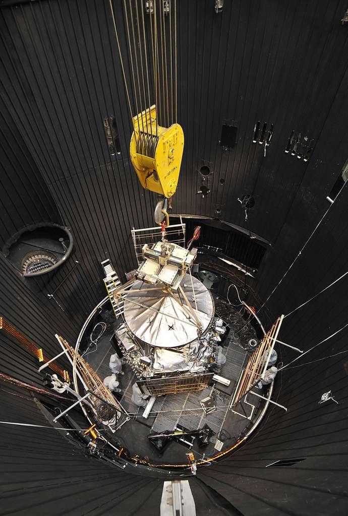 Juno lors de ses essais de compatibilité électromagnétique et de radio, en mars 2011. Il fallait en effet s'assurer que les équipements électriques et électroniques fonctionnent correctement dans l'environnement électromagnétique sévère de Jupiter. © Nasa, JPL, Lockheed Martin