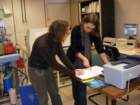 L'analyse de la composition isotopique des carottes de glace se réalise par spectrométrie de masse. Bénédicte Minster (à gauche) et Françoise Vimeux (à droite) discutent devant un des spectromètres de masse du LSCE des résultats de l'analyse des échantillons de la glace du San Valentin en oxygène 18.