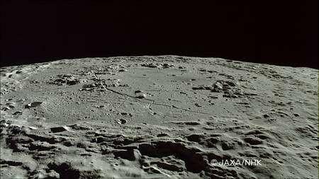 Cliquer pour agrandir. Le bassin Schrödinger vu par Kaguya est un cratère avec une double structure, d'un diamètre de 320 km. Crédit : Jaxa/NHK