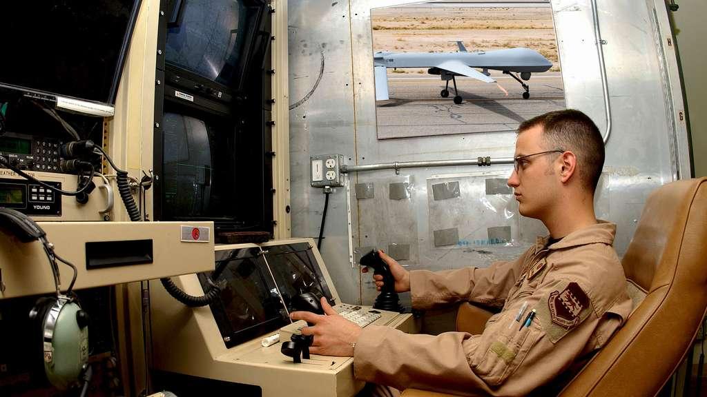Salle de guidage : opérateur de drone devant ses écrans de contrôle