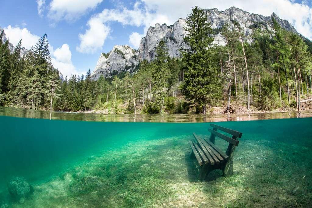 Marc Henauer a pris cette photo en mai 2013, meilleur mois de l'année pour explorer le lac Vert en Autriche. Dès l'automne, ce banc sera à nouveau accessible aux randonneurs pédestres. © Marc Henauer, www.nitrogenic.com
