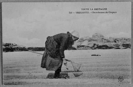 Chercheuse de coques, début du XXème siècle.