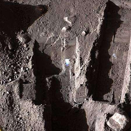 Sur cette image du sol gelé de Mars, les couleurs n'apparaissent presque plus. Crédit Nasa
