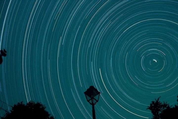 Rotation d'étoiles pendant 6 heures de pose. © J.-B. Feldmann