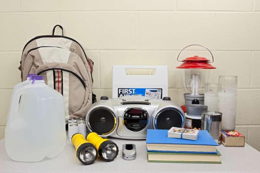 Quelques-uns des ingrédients qui devraient, selon le Centre de contrôle et de prévention des maladies américain, constituer votre kit de survie en cas d'invasion de morts-vivants. © CDC