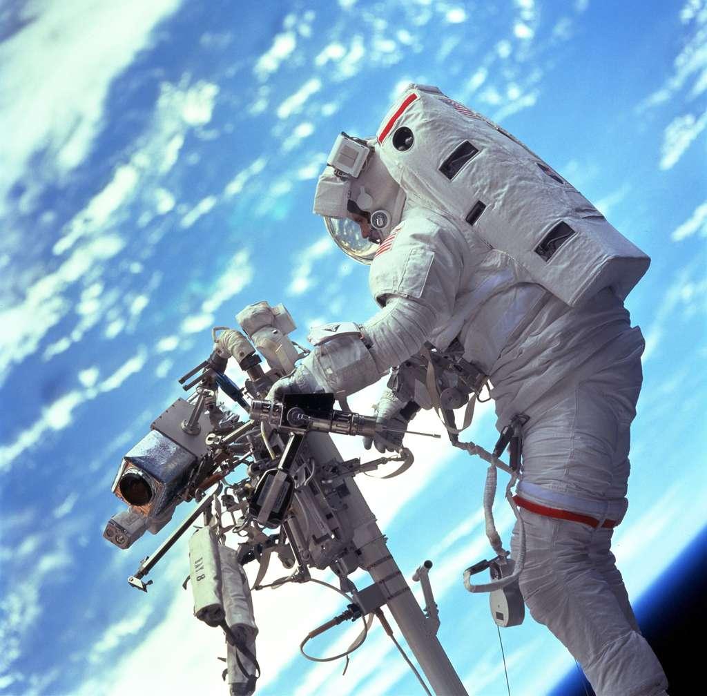 Astronaute en pleines réparations