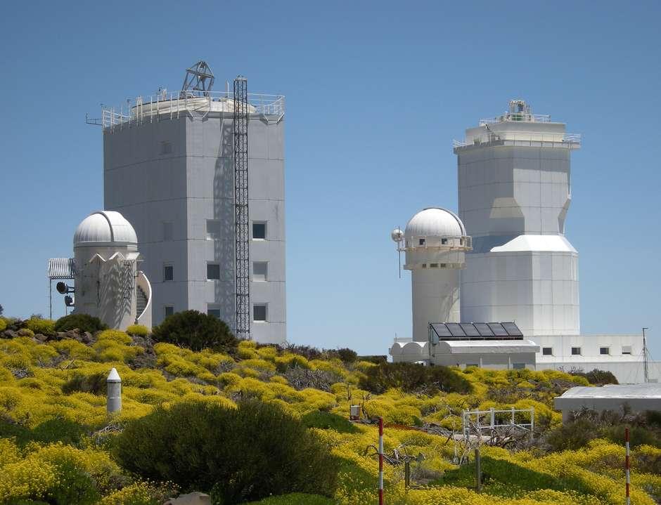 Le nouveau télescope Gregor prend place à côté de la tour solaire allemande au sommet du pic de Teide aux Canaries. © Kiepenheuer-Institut für Sonnenphysik (KIS)