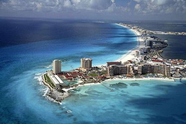 Vue aérienne de la plage de Cancún, station balnéaire dans le sud-est du Mexique. © Safa, Wikimedia Commons, GNU 1.2