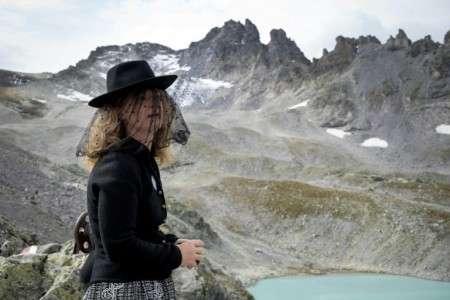 Une femme participe aux funérailles pour le Pizol, un glacier des montagnes suisses, le 22 septembre 2019. © Fabrice Coffrini, AFP