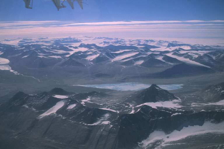 Survol des vallées sèches de l'Antarctique