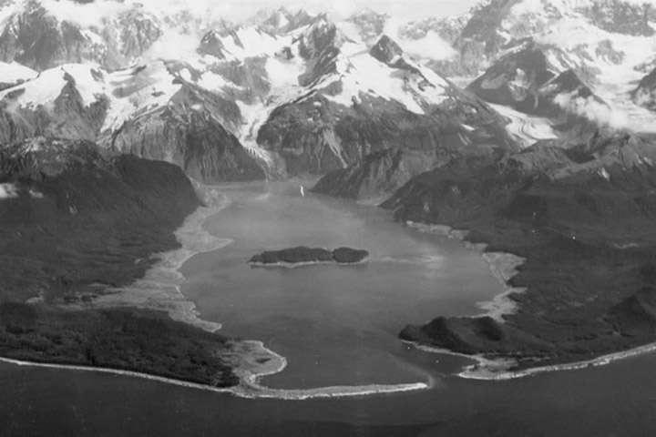 Un tsunami déclenché par un tremblement de terre a enlevé la végétation des collines et des montagnes au-dessus de la baie de Lituya en 1958. © Donald Miller, US Geological Survey