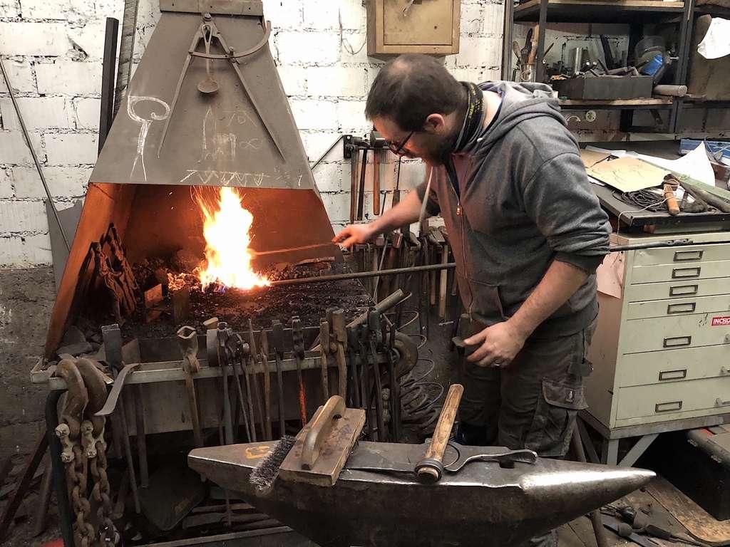 Geoffroy le forgeron, un « masseur de métal » qui enseigne son art dans le nouveau quartier Coop de Strasbourg © Association Pokaa