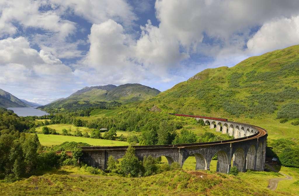 Le viaduc ferroviaire de Glenfinnan avec le passage du train à vapeur. © Pecold, Fotolia