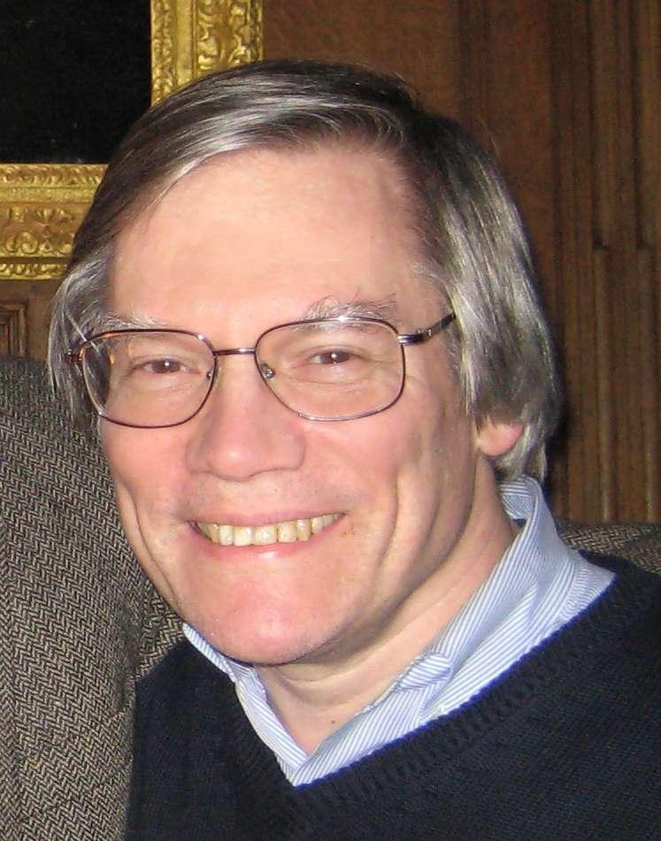 Alan Guth est un cosmologiste d'origine américaine, né en 1947. Actuellement en poste au Massachusetts Institute of Technology, il a commencé à développer un modèle cosmologique avec une phase d'inflation en 1979. Mais c'est en 1981 qu'il a publié un article qui va vraiment lancer la théorie de l'inflation en cosmologie. Dans cet article, il utilisait des considérations issues des tentatives d'unifications des forces électrofaibles et nucléaires fortes, ainsi que le mécanisme de Brout-Englert-Higgs. © Betsy Devine Wikimedia Commons, cc by sa 3.0