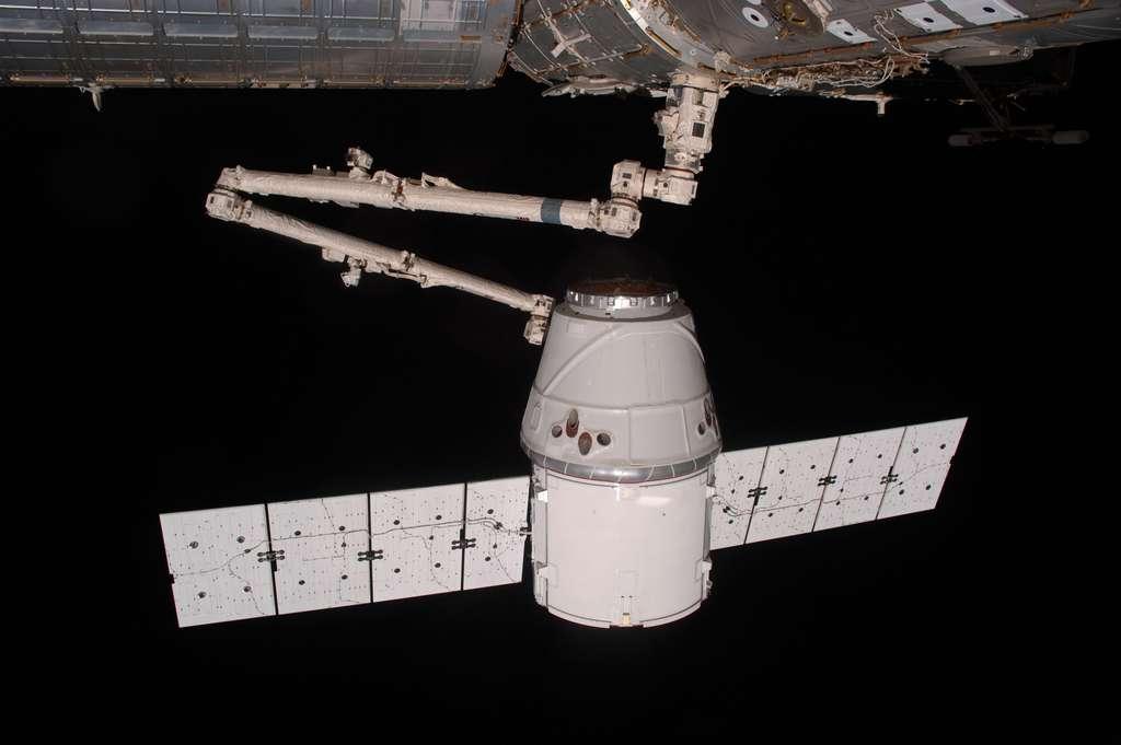 Amarrage de la capsule Dragon à l'ISS à l'aide du bras robotique Canadarm 2. SpaceX est la première société privée à fournir une capsule à destination de l'ISS. © Nasa