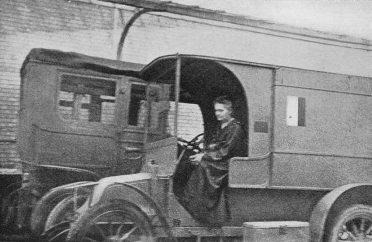 Marie Curie à bord d'une Petite Curie lors de la première guerre mondiale en 1915. © Domaine public