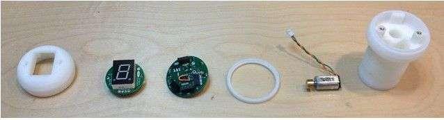 Le pommeau de vitesse haptique se compose d'un corps fabriqué avec une imprimante 3D, du moteur de retour d'effet qui équipe la manette de la console Xbox 360, d'un circuit intégré Arduino avec port micro USB et récepteur Bluetooth, et d'un afficheur Led pour indiquer le rapport de boîte engagé. © Zach Nelson, Ford, OpenXC
